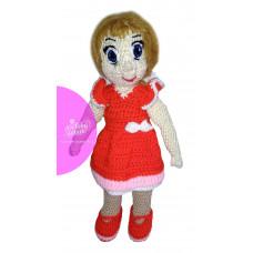 Háčkovaná bábika v červených šatách