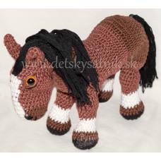 Háčkovaný koník hnedý